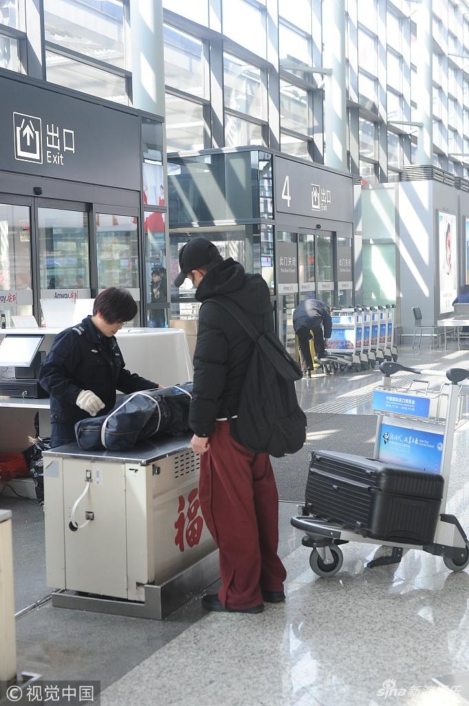 文章独自推大包小包现身机场 口罩帽子遮面超低调
