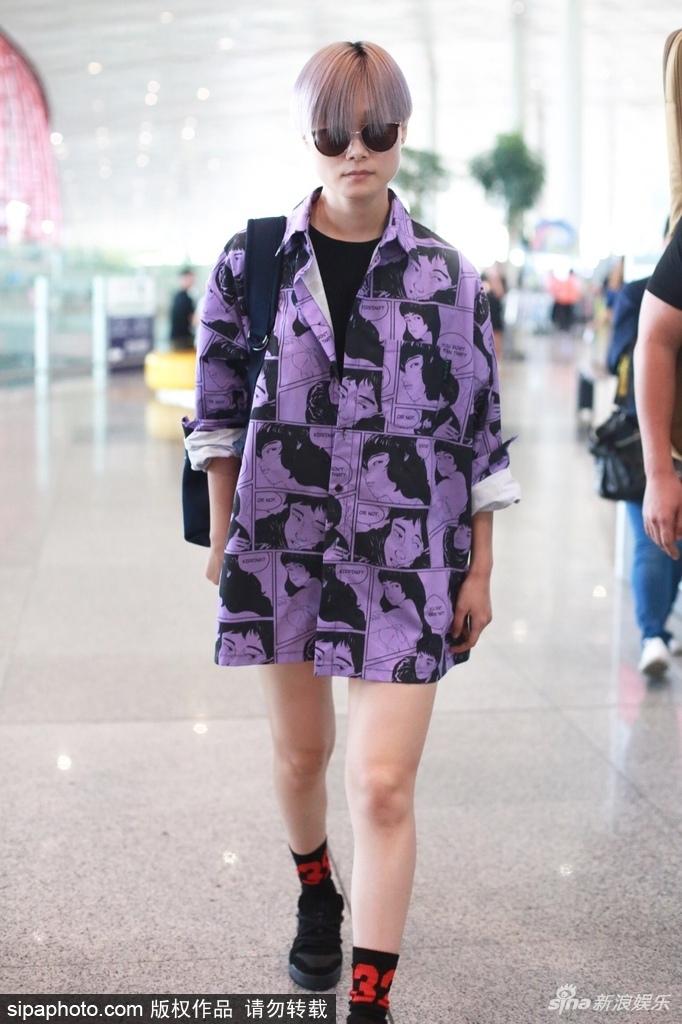 李宇春漫画风外衣配灰紫色头发个性十足