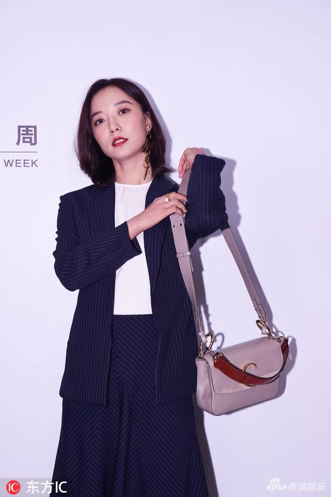 王珞丹妆容精致优雅有型 西服套装简约干练