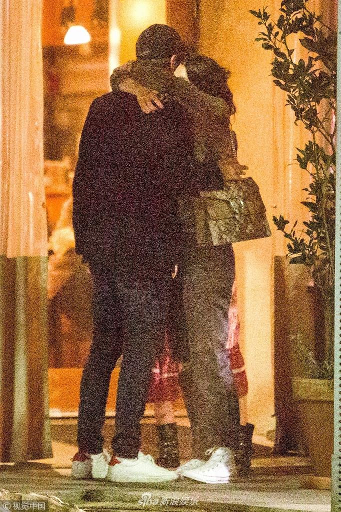 莱昂纳多与超模新欢热恋当街痴缠 搂脖热吻难舍难分
