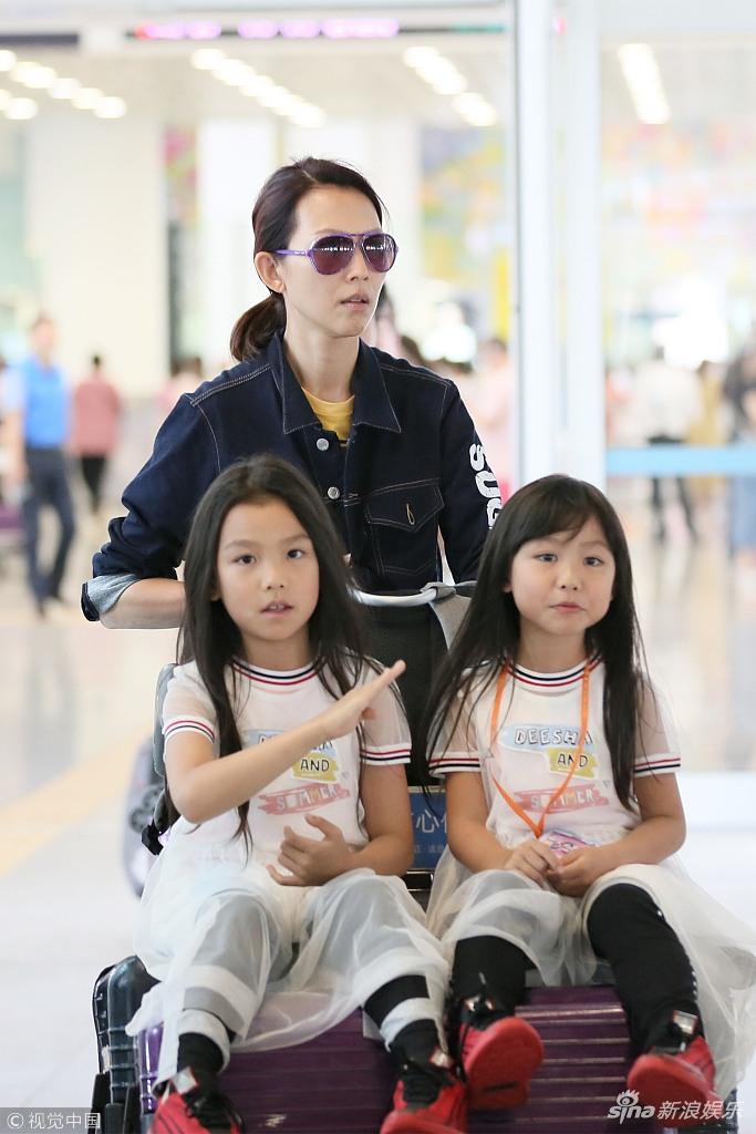 俩女儿闷头玩手机画风可爱 蔡少芬露温馨笑容