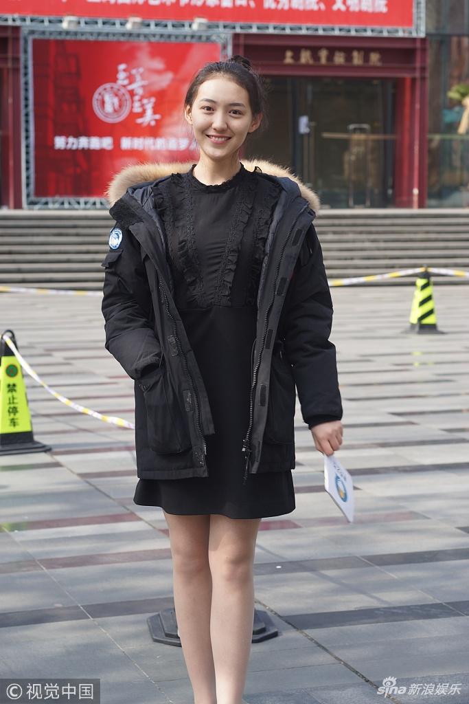 上海戏剧学院艺考进行时 美女考生不惧低温秀美腿