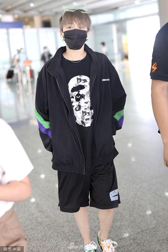 组图:刘雨昕黑色look潇洒帅气 绿色眼镜插头顶个性十足