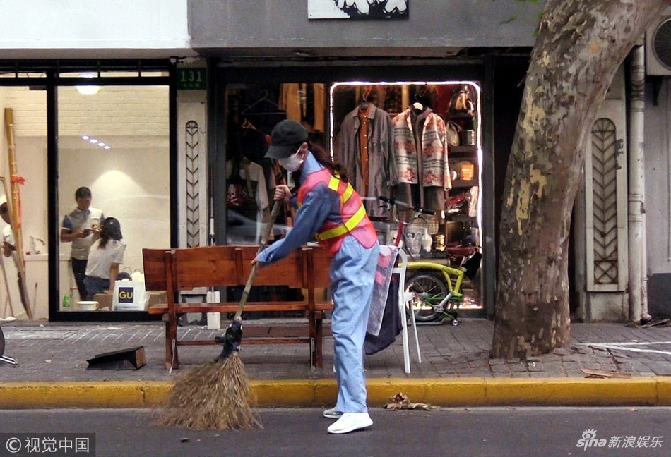 1.76复古传奇,组图:唐嫣化身清洁工体验生活 扫街动作娴熟不娇气