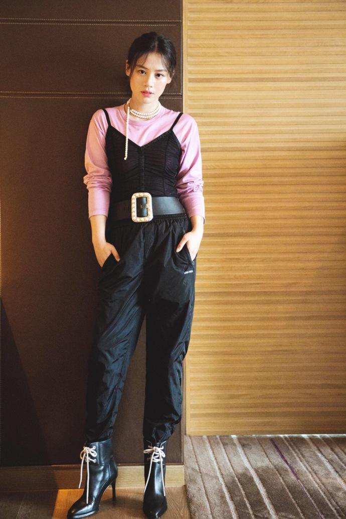 马思纯吊带连体裤显高挑身材 现场表演土味情话
