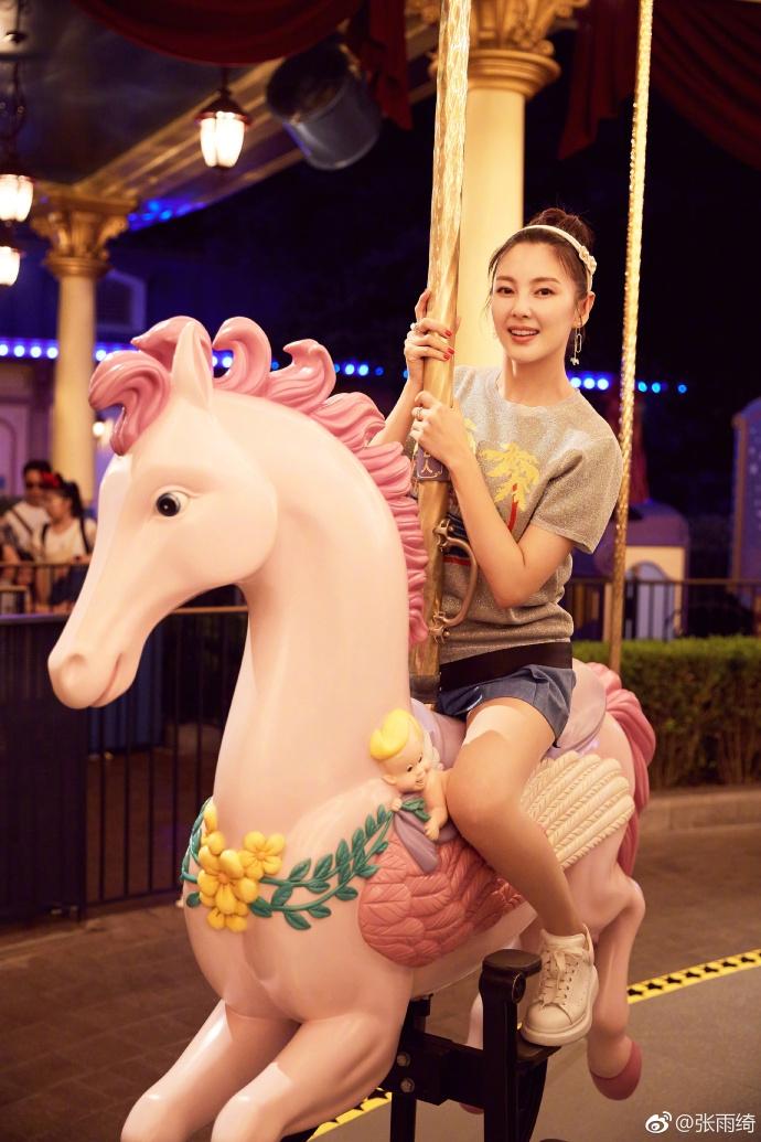 张雨绮游玩迪士尼满满少女心 短裙秀美腿卖萌不停歇