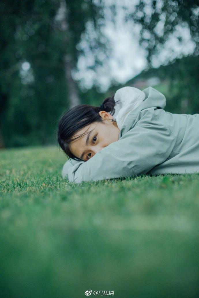 马思纯回归青春少女 扎小辫草地坐卧阳光满满