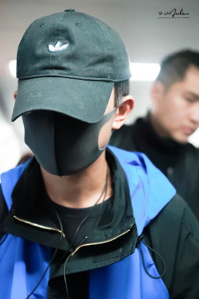 易烊千玺现身长沙 黑棒球帽+蓝外套少年感十足