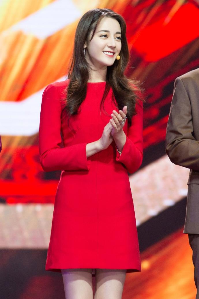 组图:迪丽热巴红裙光彩照人比剪刀手微笑乖巧可爱