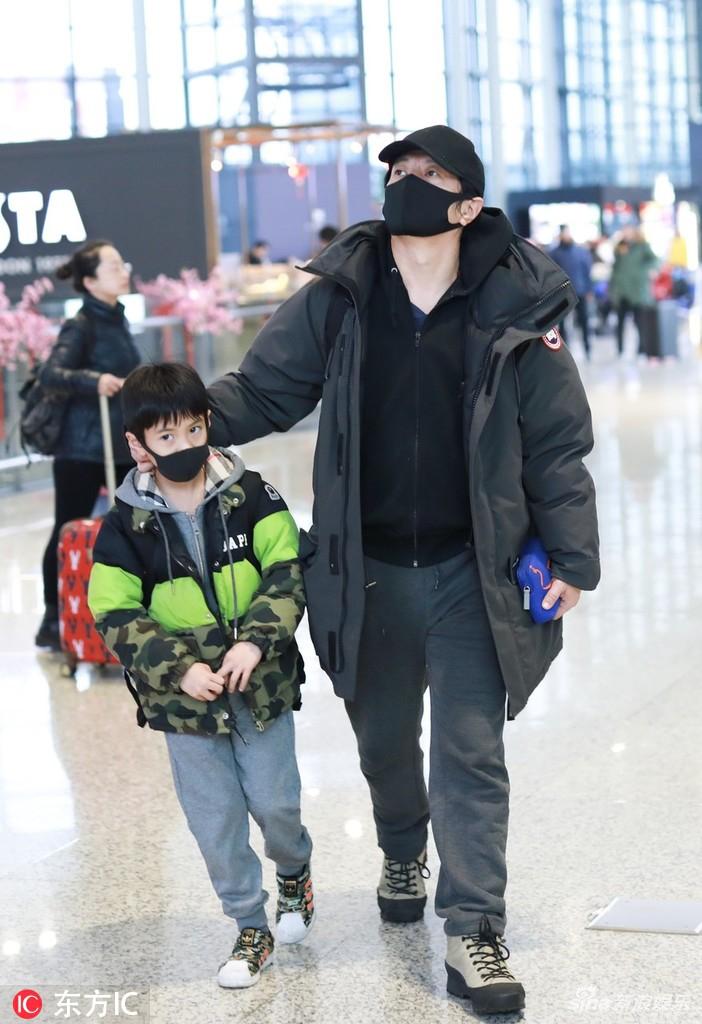 组图:刘芸郑钧携儿子现身Jagger坐妈妈怀里乖巧可爱