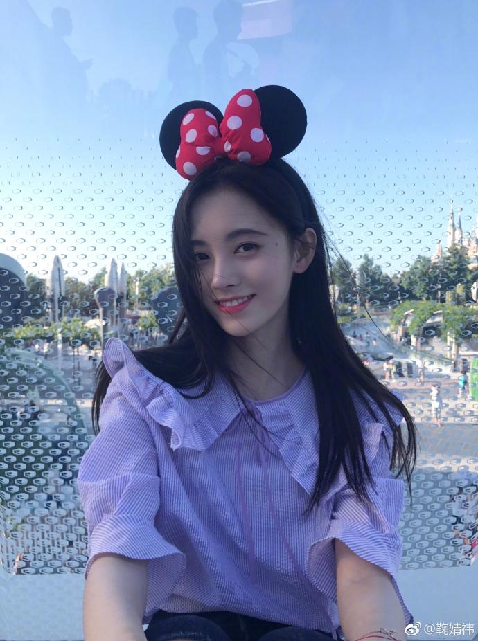鞠婧祎游迪士尼 玩旋转木马俏皮比V甜美可爱