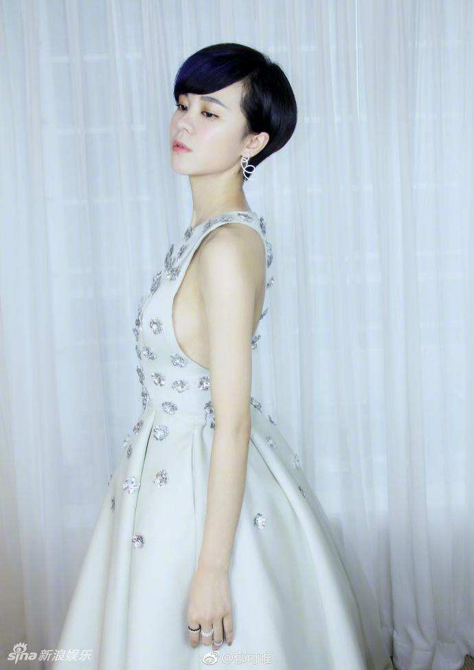 高清套图:郁可唯穿素雅长裙娇艳唯美 拼接装秀美背长腿