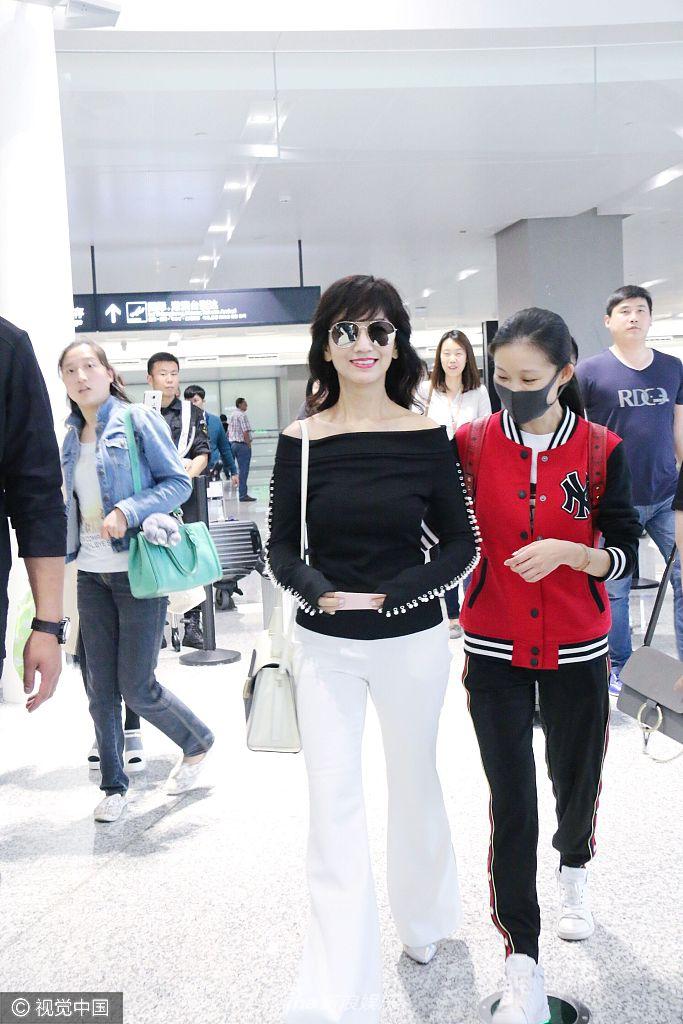 高清套图:赵雅芝黑衣白裤尽显干练 露迷人笑容超亲和