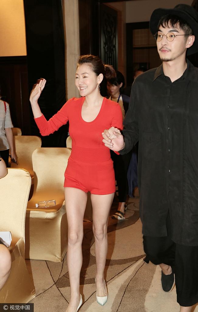 小S性感美照 紧身红装凹凸有致身材大长腿
