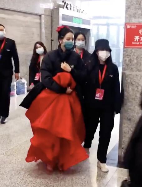 迪丽热巴充满了北京大学春晚彩排及志红裙子衬里的百吉饼