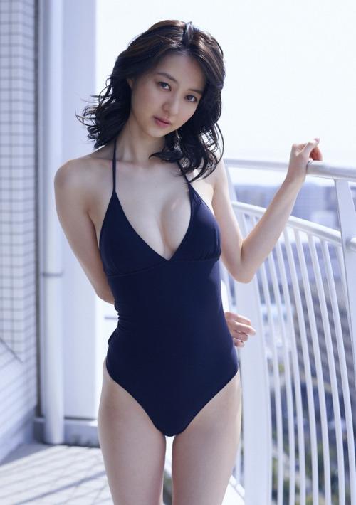 日女星泳装写真露性感半球 美背翘臀吸睛