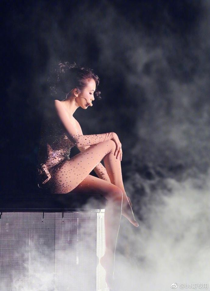 莫文蔚演唱会美照曝光 48岁身材凹凸有致美腿纤细惹人羡