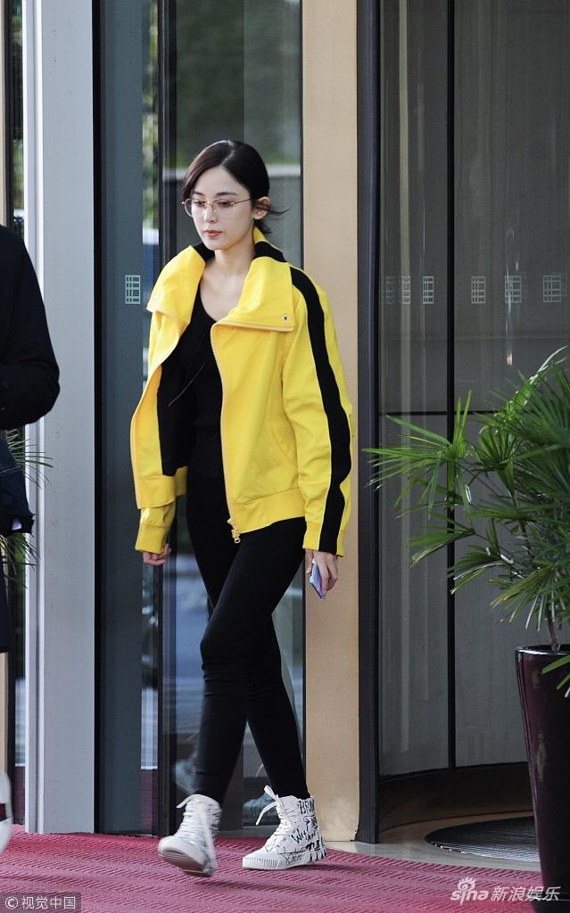 娜扎离开酒店。她身穿亮黄色外