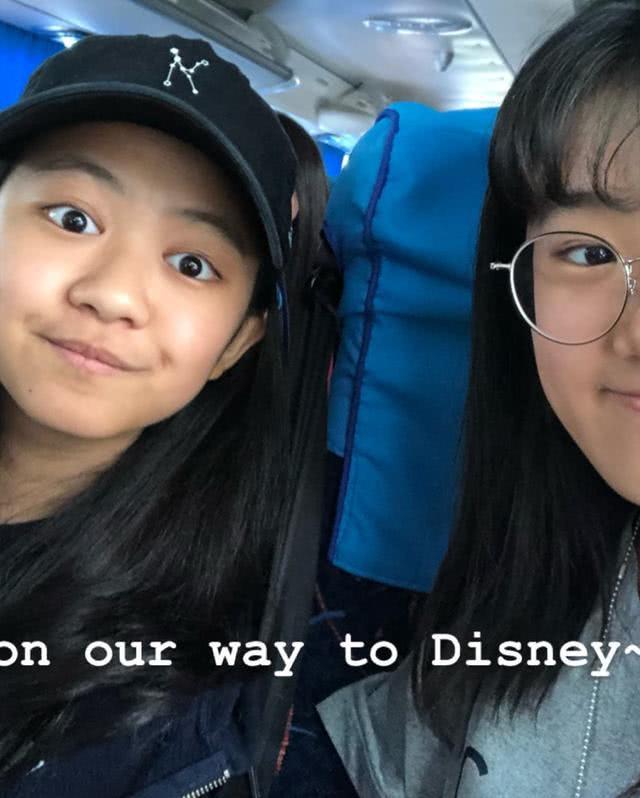 贾静雯大女儿和同学游玩迪士尼 自拍不用美颜自信满满