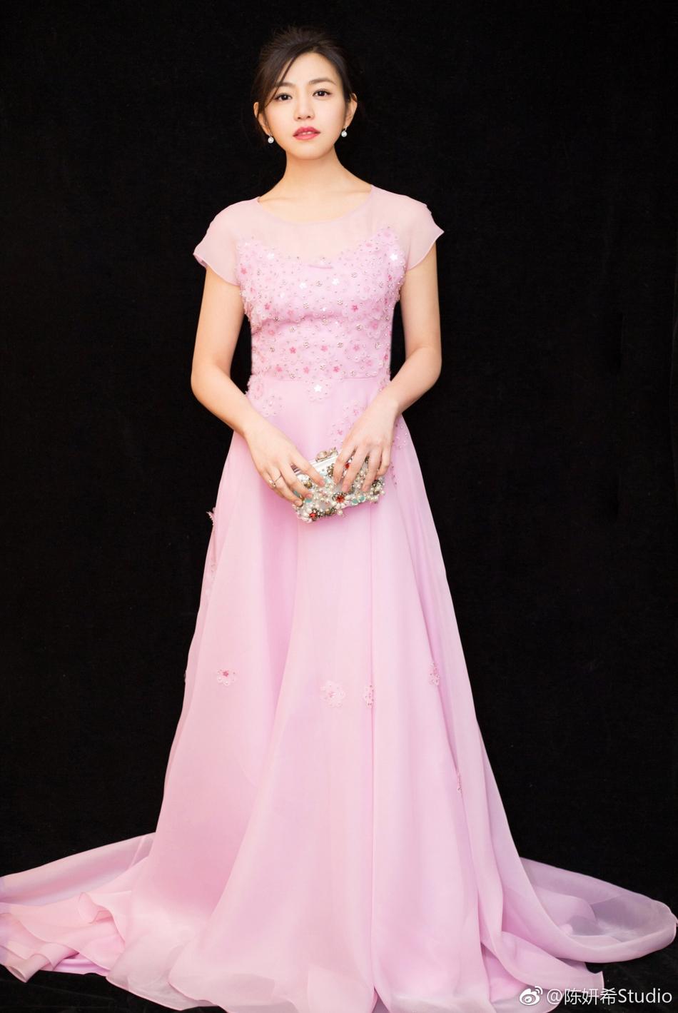 y参加活动,她穿一袭粉裙造型