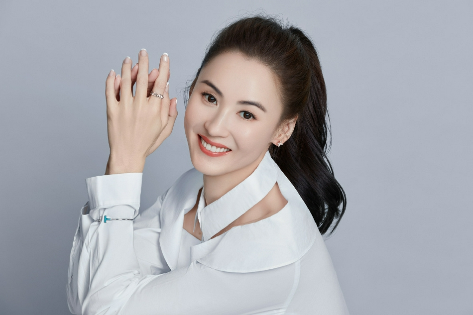 组图:张柏芝穿白色衬衫裙简单干净 扎高马尾露齿甜笑少女感十足