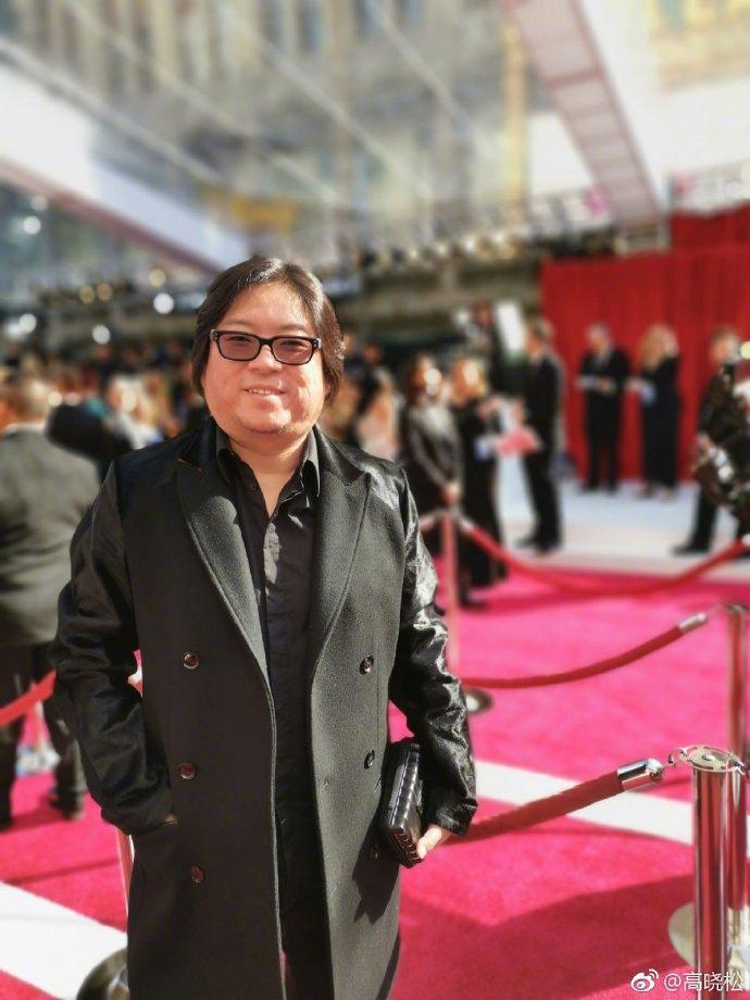 组图:高晓松出席奥斯卡颁奖礼被阿曼达搂住脖子脸通红