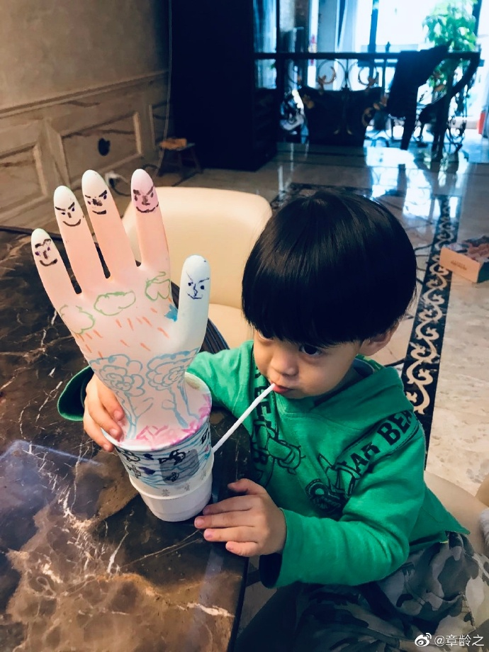 组图:章龄之宅家陪儿子上手工课 葫芦骄傲展示创意作品超软萌