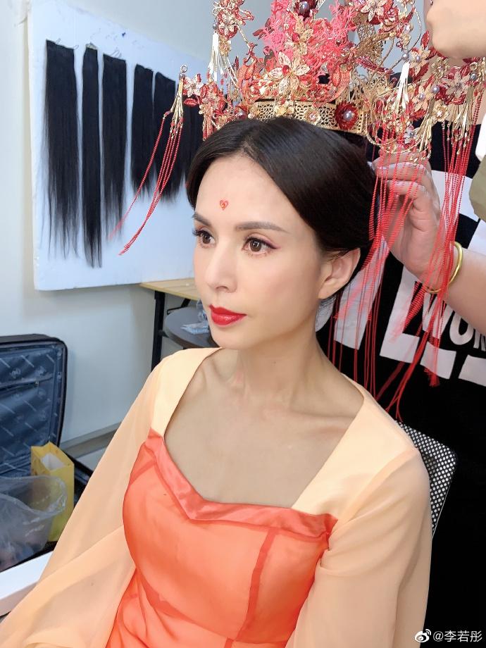 组图:李若彤挑战古装新娘造型 凤冠霞帔额头点胭脂红雍容大气
