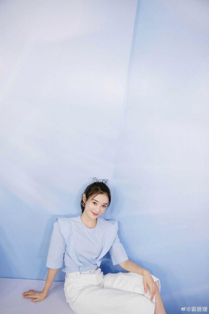 组图:袁姗姗扎马尾辫配蕾丝蝴蝶结 穿浅蓝色上衣清纯俏皮
