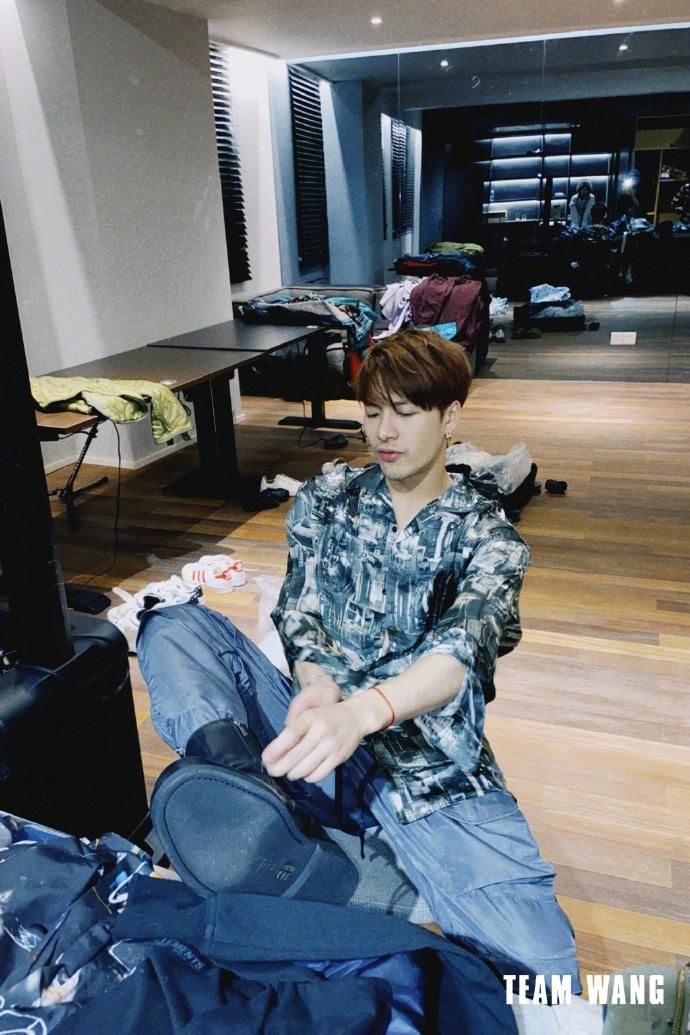 照片:王嘉尔衬衫工作服小虎成熟 问粉丝明年剪什么
