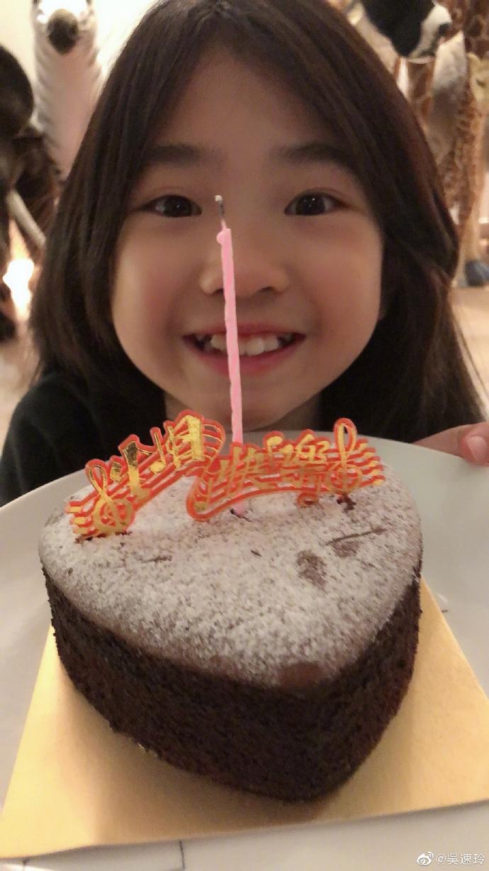 组图:曹格夫妇为女儿庆生 10岁Grace捧蛋糕咧嘴笑鬼马可爱