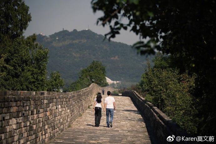 莫文蔚与老公牵手甜游南京 打扮休闲长发如瀑状态佳