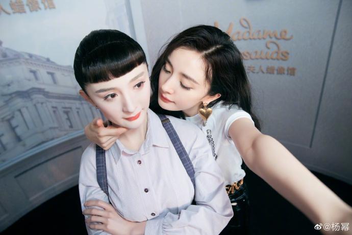 杨幂合影新剧角色蜡像 手拿折扇半遮面美腿诱人