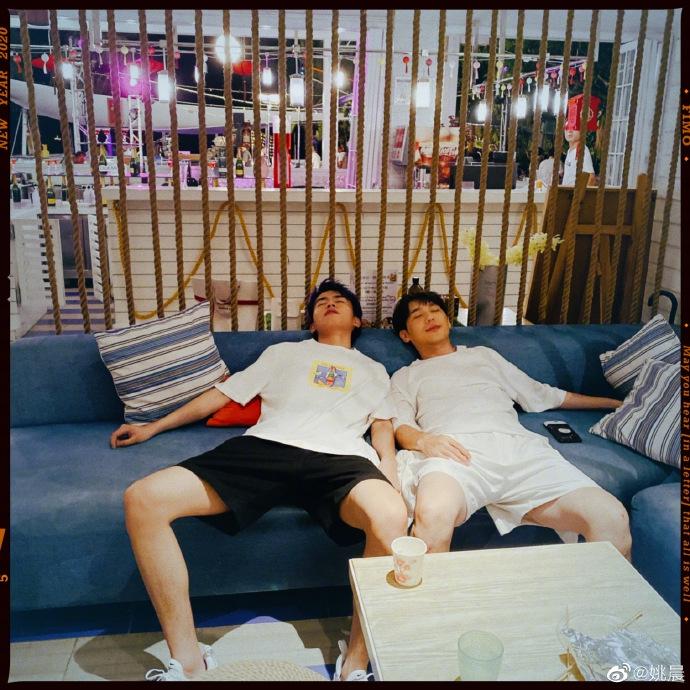 姚晨晒照分享剧组工作日常 白宇累瘫在沙发上十分辛苦