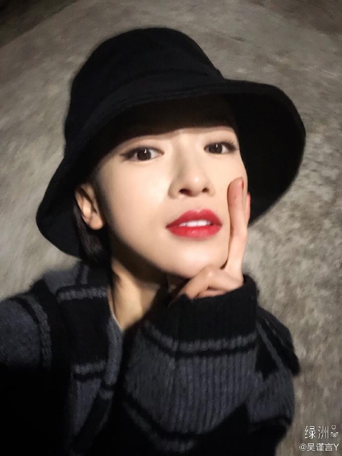 组图:吴谨言绿洲分享怼脸自拍照 黑帽配红唇时髦又美艳
