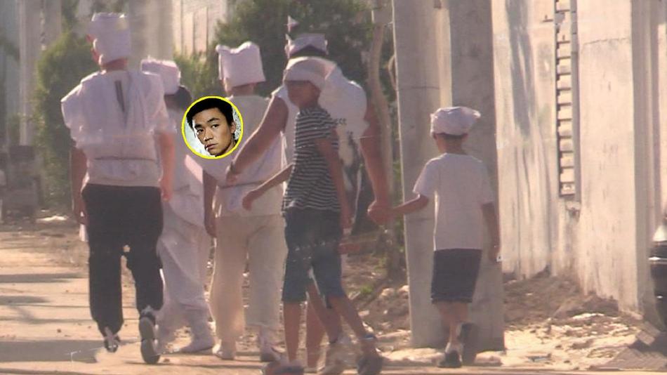 王宝强携家人为母亲