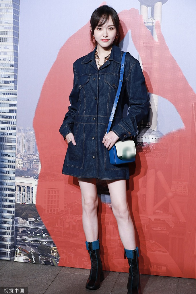 她穿宽松牛仔短裙又酷又美,高