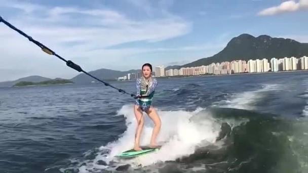 阿Sa出海玩冲浪出意外 滑两秒额头受伤皮肤被划破