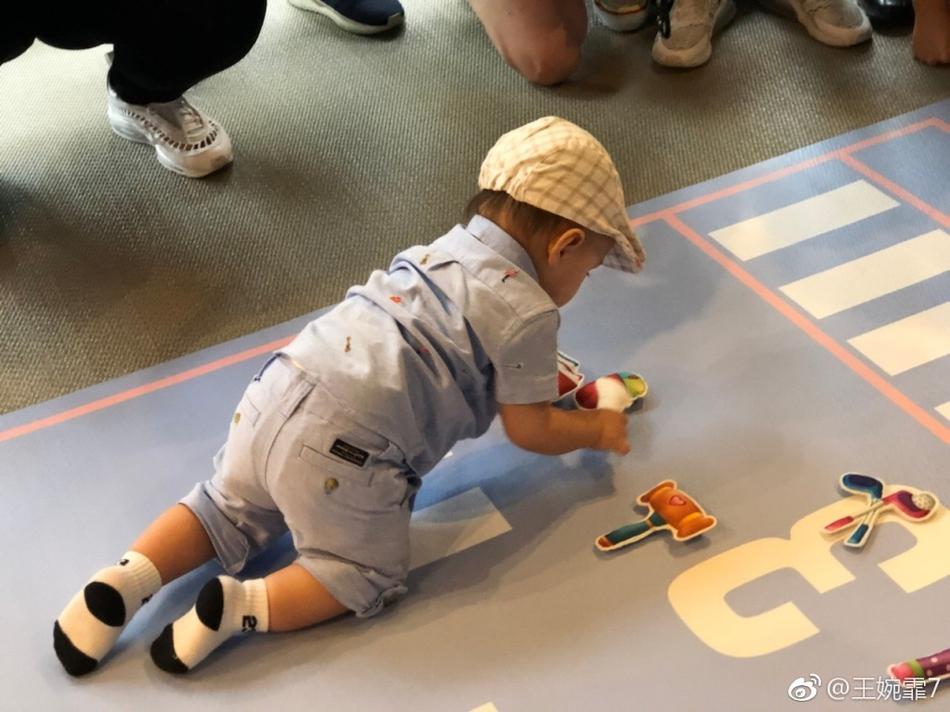 周杰伦昆凌为儿子庆一周岁生日 Romeo背影入镜暴风成长