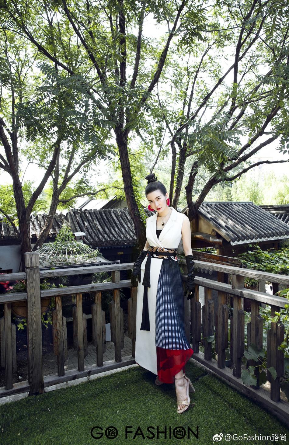 """""""小燕子""""李晟产后首拍写真 仅用三个月瘦出少女小蛮腰"""