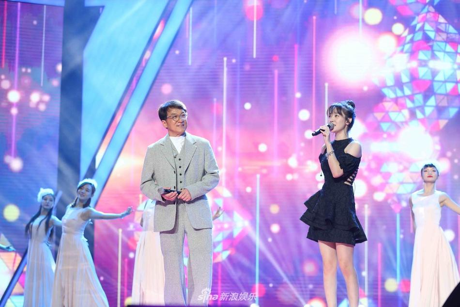 成龙获音乐类大奖 叶蓓分享《青春无悔》背后故事