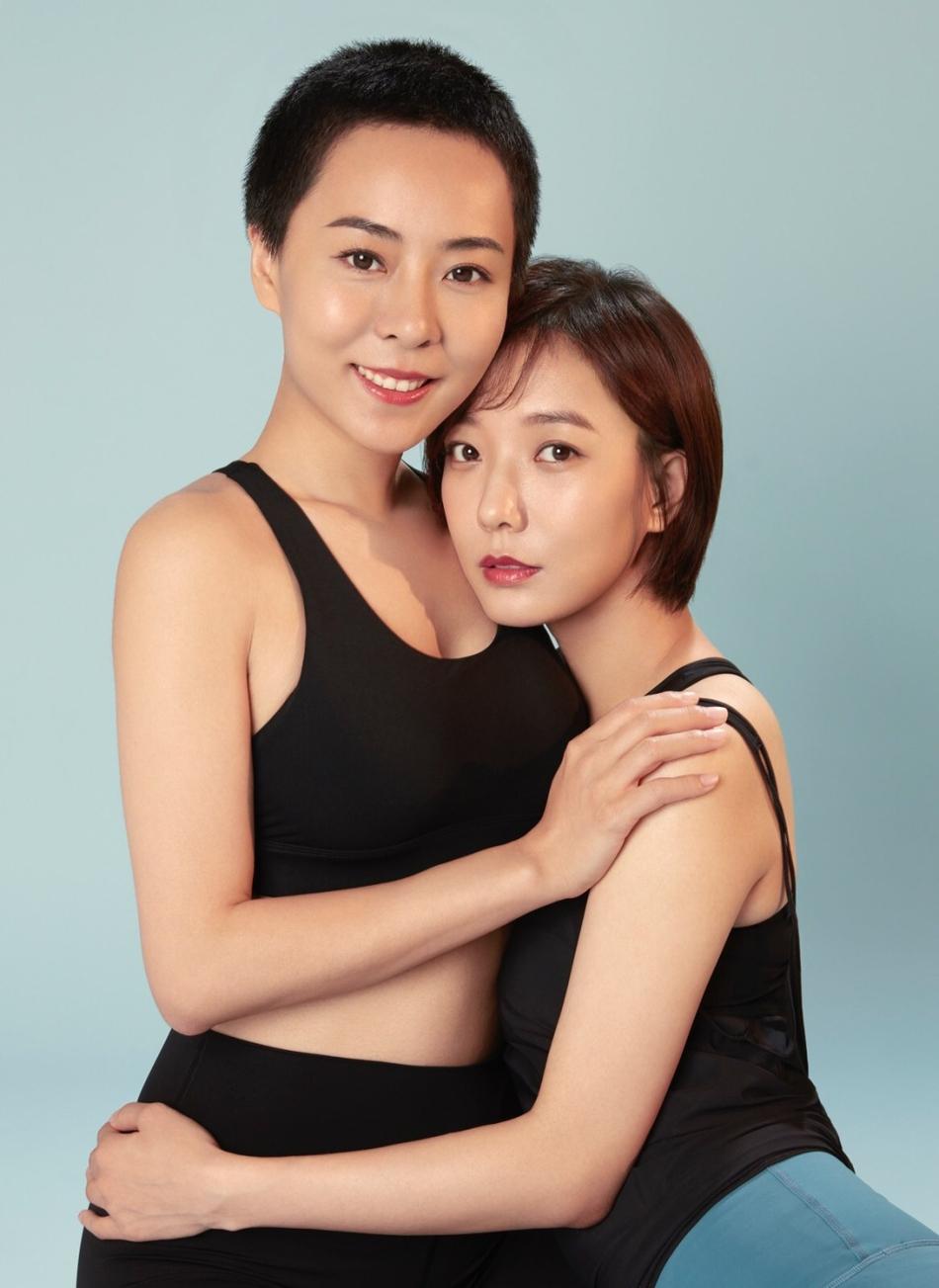 王珞丹与姐姐登封摆瑜伽Pose 姐姐蛮腰翘臀好身材吸睛