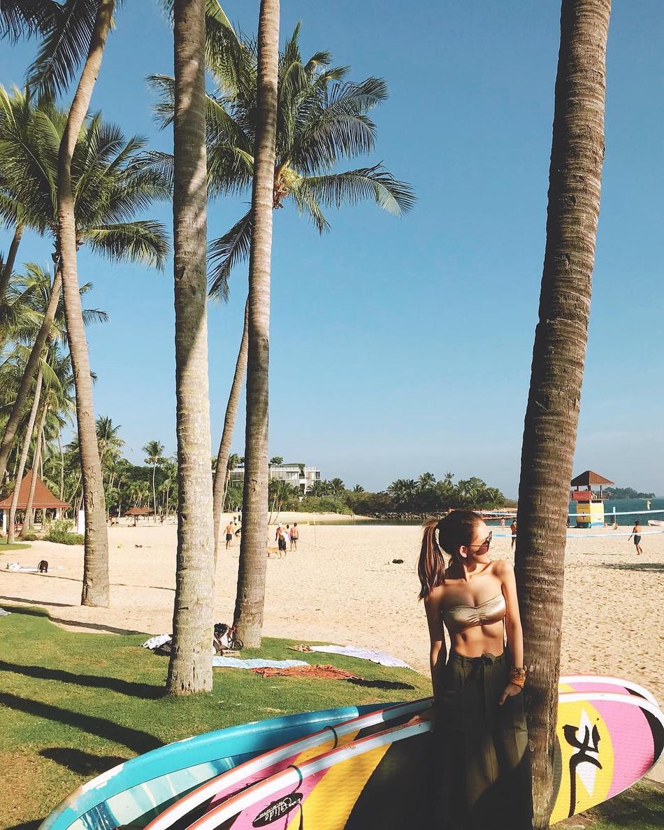 昆凌新加坡度假晒比基尼美照 深沟+腹肌与周董对比鲜明