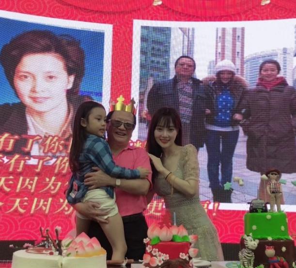 李小璐携甜馨为爸爸庆生 一家人其乐融融不见贾乃亮