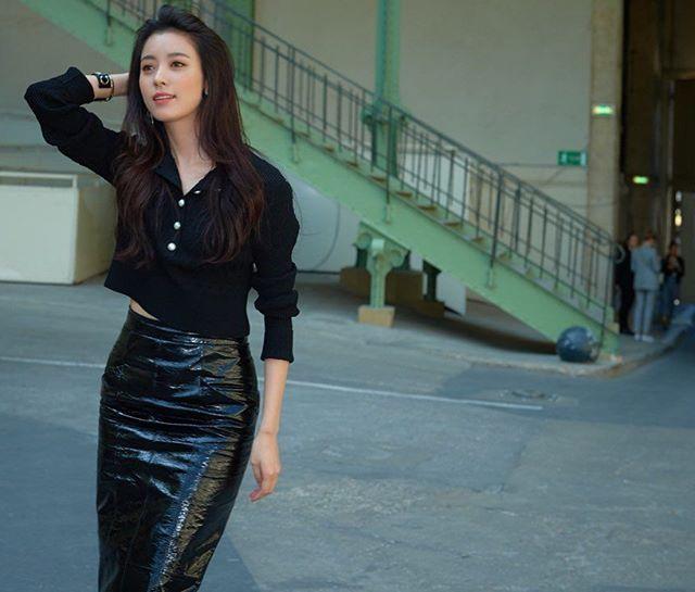 美颜暴击!六合彩开奖结果韩孝周出席时装周黑皮裙展现高挑好身材