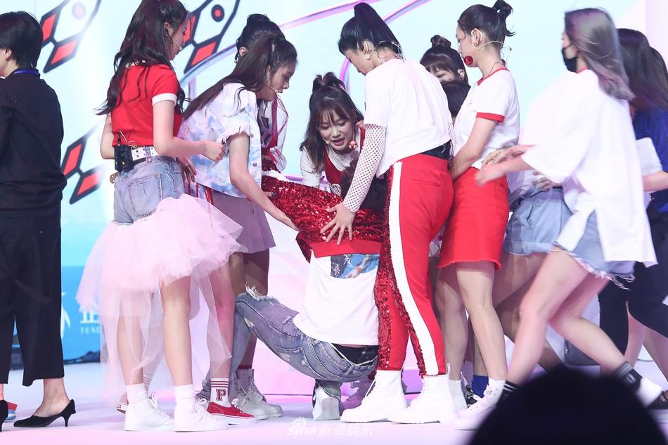 火箭少女新歌发布会现突发 Sunnee体力透支晕倒在舞台