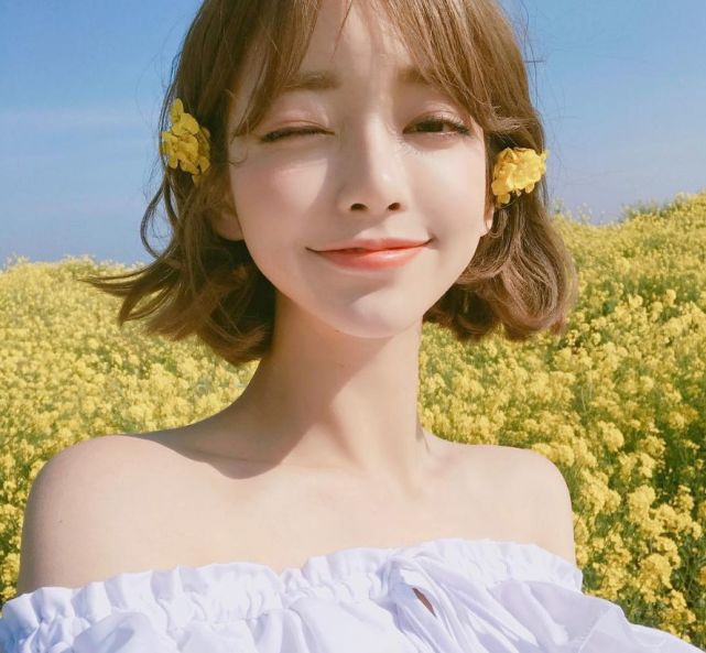 她可爱的样貌,以及精灵般的大眼睛搭配上迷人的短发,被韩万有称为韩版