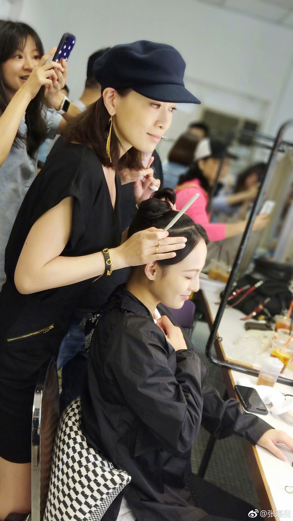 组图:张嘉倪晒与佘诗曼同框照 紫禁城首席发型总监又上线了图片