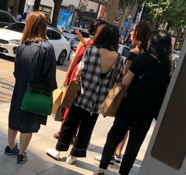 网友首尔街头偶遇关晓彤与友人 穿热裤超长美腿抢镜