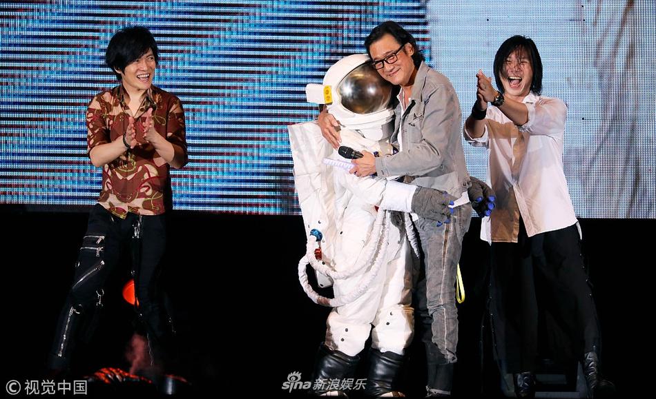 梁家辉现身五月天演唱会变歌迷 笑称因挡视线被后排骂